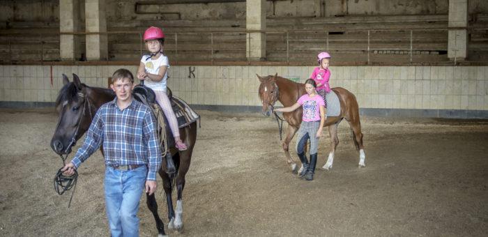 (Українська) Різниця між уроком верхової їзди і катанням на коні/ прогулянкою верхи